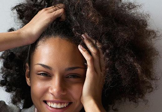 Cheveux crépus : les bons gestes pour en prendre soin !