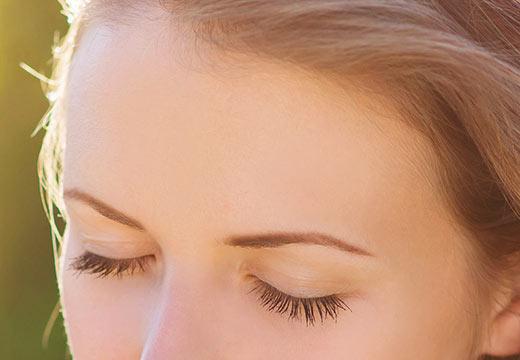 Les yeux gonflés : causes et remèdes pour retrouver un regard apaisé !