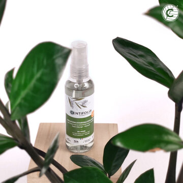 [SOLUTION HYDROALCOOLIQUE]  Cette Solution hydroalcoolique en spray à l'huile essentielle de niaouli bio, désinfecte les mains. Sa formule antibactérienne élimine 99.99% des bactéries en 30 secondes et laisse les mains propres, douces et délicatement parfumées. Non collante, elle sèche rapidement sans dessécher la peau. 🍃  Ses 3 actifs phares : 🍃 Ethanol : Actif désinfectant et aide au séchage  🍃 Niaouli bio : connu comme antibactérien 🍃 Glycérine : Emollient, adoucie et hydrate la peau   #niaouli #solutionhydroalcoolique #gel #desinfectant #antibacterien